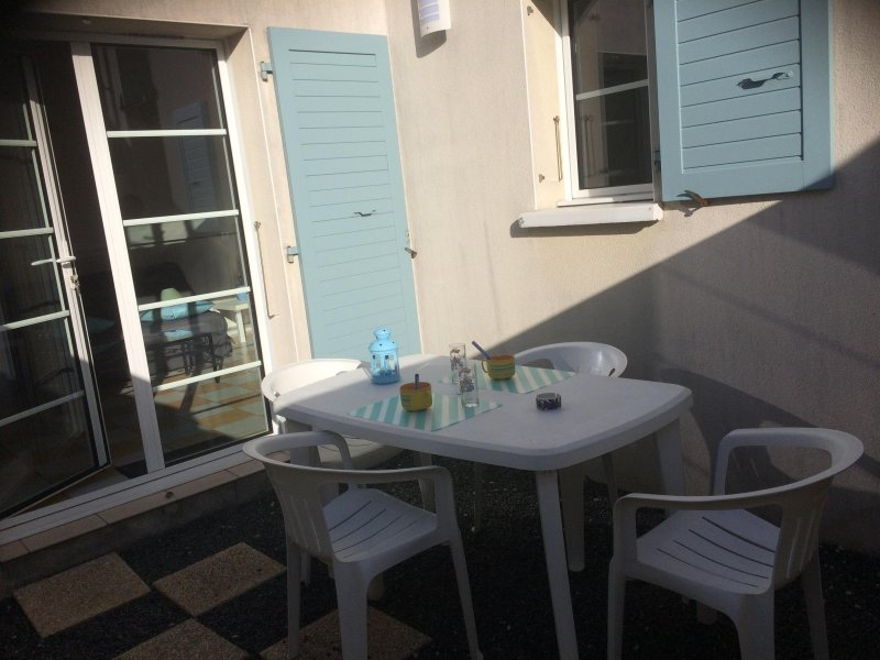 cour privée et fermée sans vis à vis avec parasol, barbecue