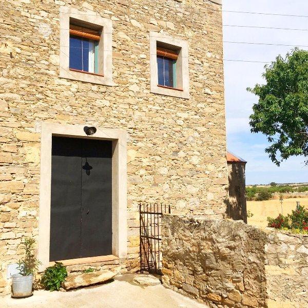 Casa Les Germanes - Casa vacacional con encanto en pueblo medieval de la Segarra, vacation rental in Province of Lleida