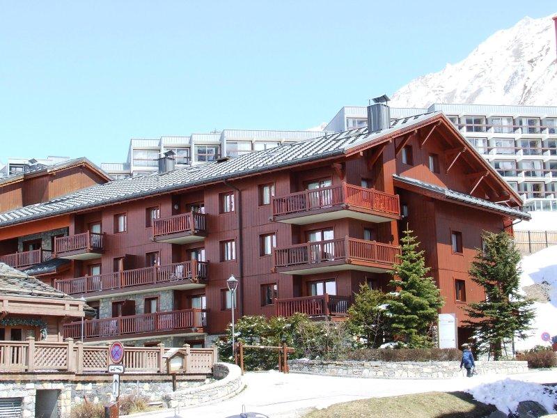 3 bedroom luxury ski apartment sleeps 6-8 in popular Tignes Val Claret, holiday rental in Tignes