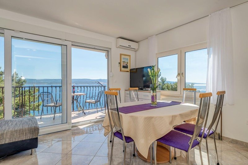 Top floor apartment newly decorated with magnificent sea view - fully equipped, location de vacances à Mimice