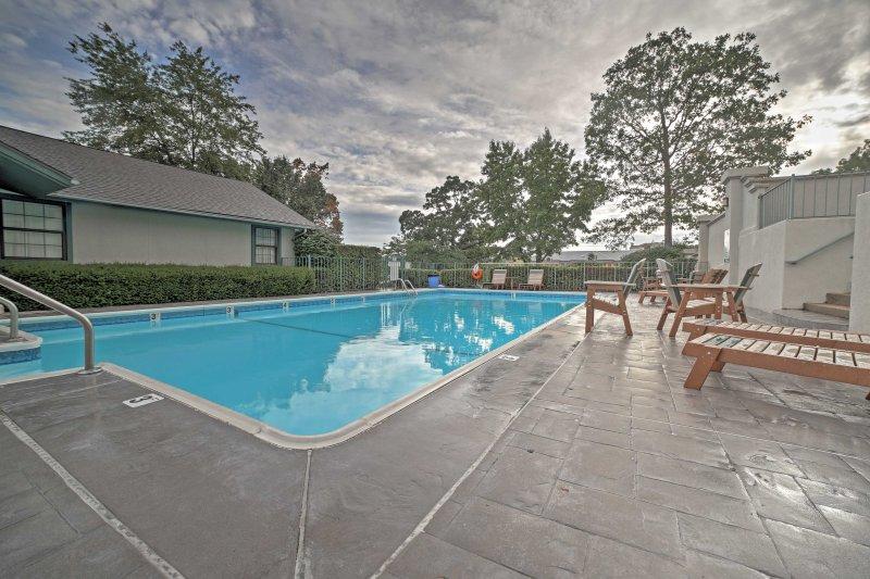 Esta unidade de 2 quartos e 2 banheiros oferece comodidades comunitárias, incluindo uma piscina sazonal.