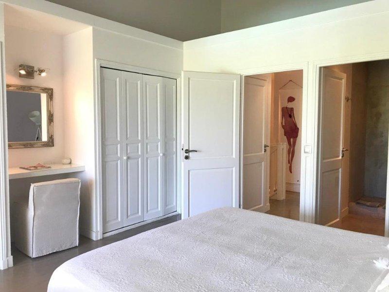 de grands placards et la vanité et dans la chambre principale