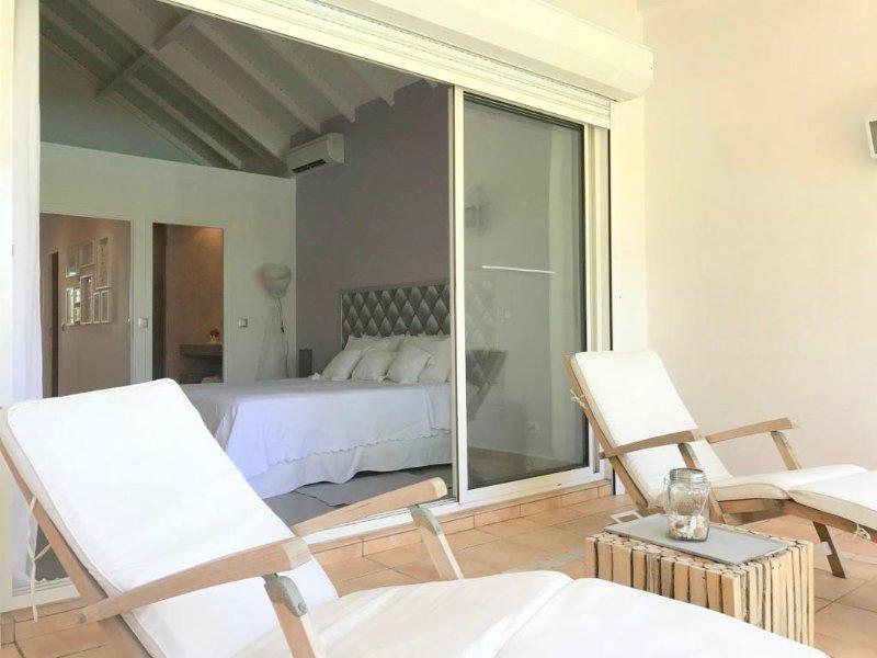 chaises longues sur la terrasse de la chambre principale