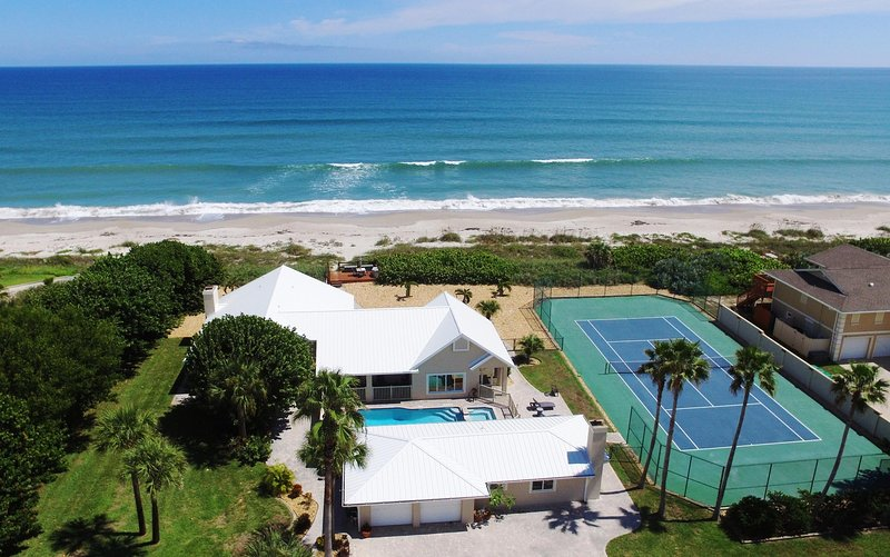 GOLDEN SANDS EMERALD -Luxury Beachfront -Tennis Court, Pool, Spa, Private Beach, holiday rental in Indialantic