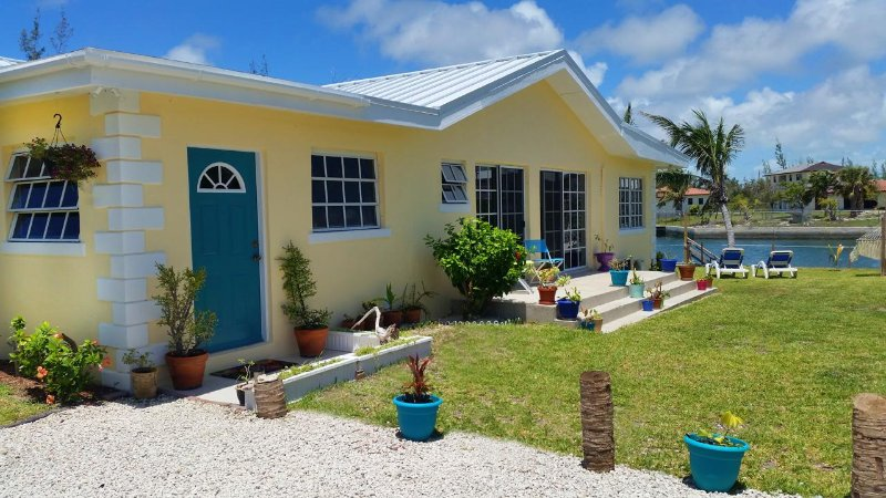 4-bed Waterfront Home w Ocean Views 2 min to beach, aluguéis de temporada em Freeport