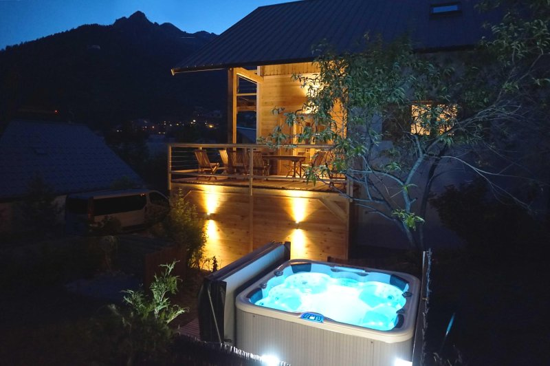 jacuzzi with views of the pistes
