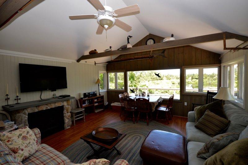 Great Room met uitzicht op Kettle Pond en grote flatscreen-tv