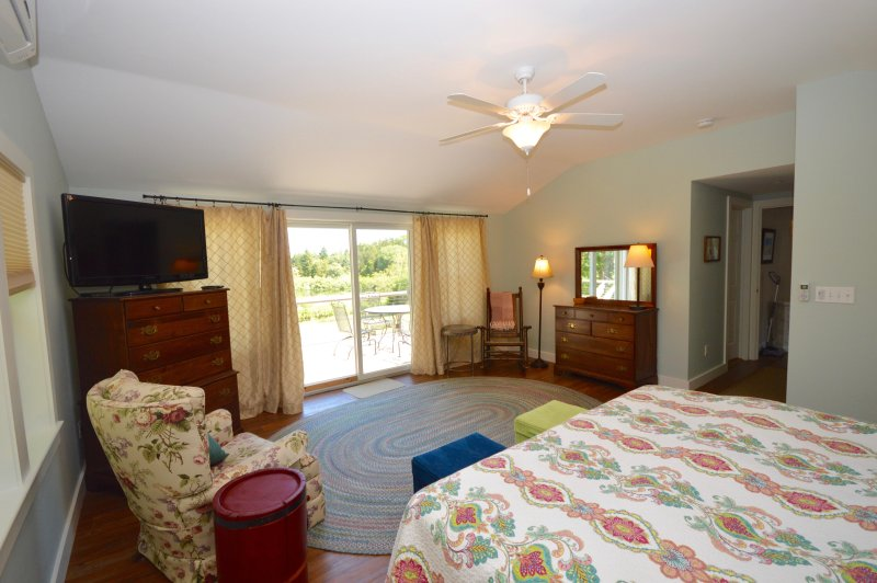 Slaapkamer, schuifregelaars om het dek, een grote flatscreen, uitzicht op Kettle Pond