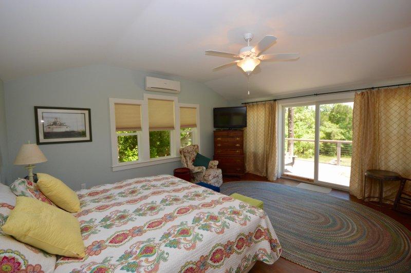 Master bedroom met schuifregelaars tot dek en Flat Screen TV