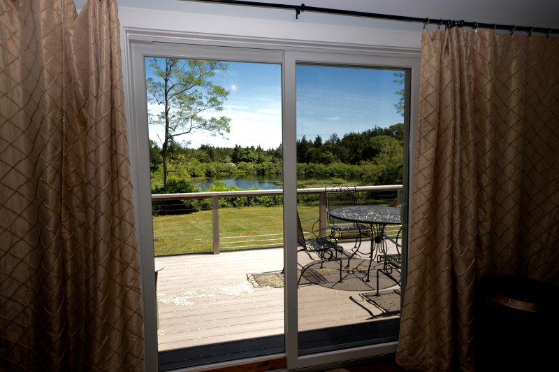 Slaapkamer slider met uitzicht op Kettle Pond