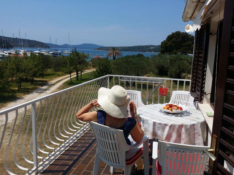 Beachfront apartment-great balcony views, vacation rental in Sipanska Luka