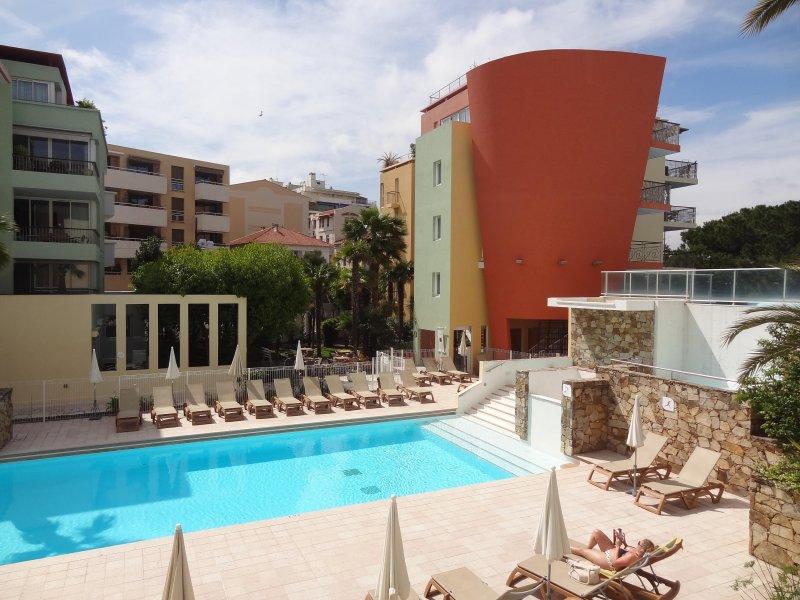 Der Hauptpool der Residenz - Blick von der Terrasse der Wohnung