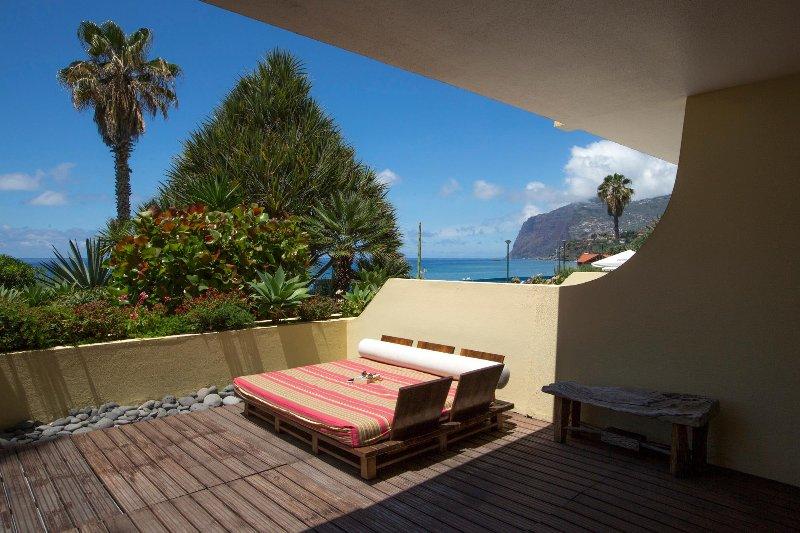 Relajarse en la terraza, con vistas acantilado más alto de Europa (Cabo Girao).