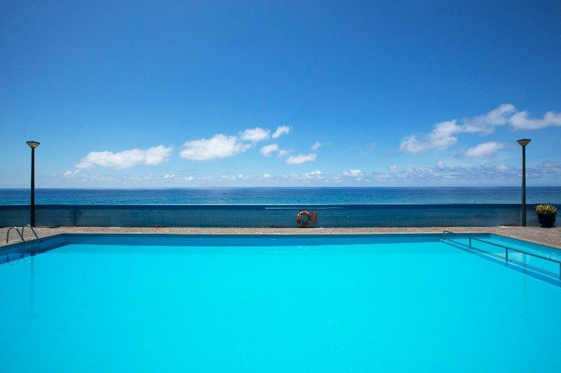 la piscina privada del condominio.
