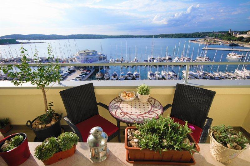 La plus belle vue sur la mer depuis le balcon de l'appartement et une chambre.