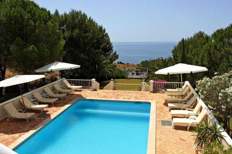 Top Cliff Villa - Privacy oasis with amazing ocean views, aluguéis de temporada em Luz