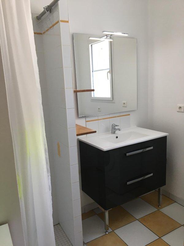 salle d'eau avec douche à l'italienne, meuble vasque neuf et machine à laver neuve