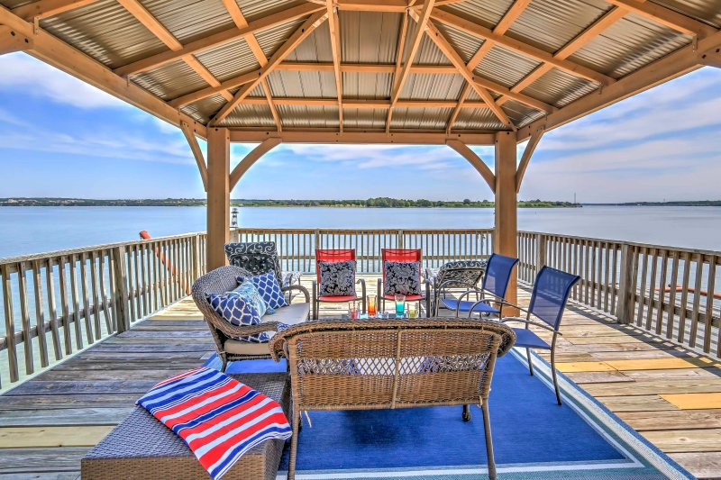 Prime Lakefront Granbury House w/ 2-Story Dock!, vacation rental in Godley