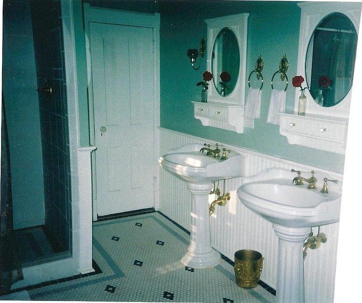 2 lavabos de pie en gran baño en el segundo piso