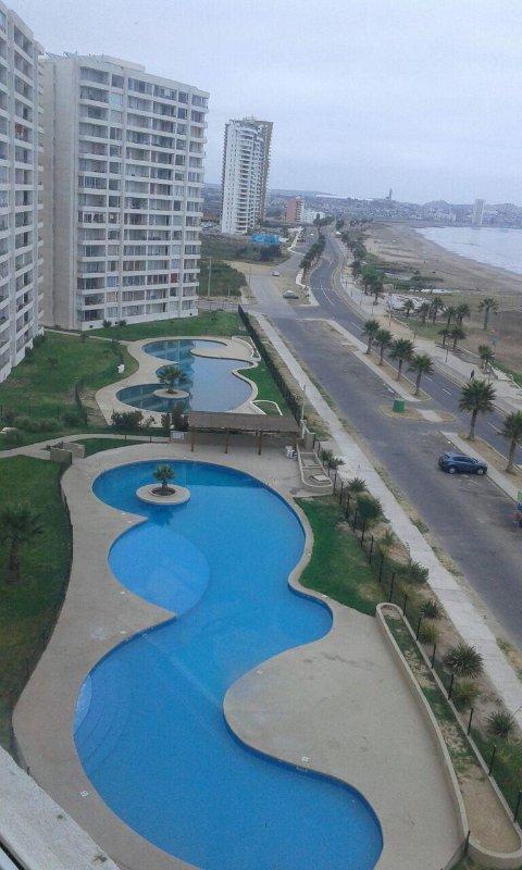 Vista, piscinas, praia e jardins de terraço