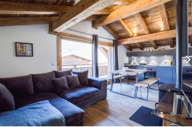 offene Wohn-Esszimmer mit gemütlichem Holzofen und ein voll ausgestatteter Küche sowie einem großen Balkon