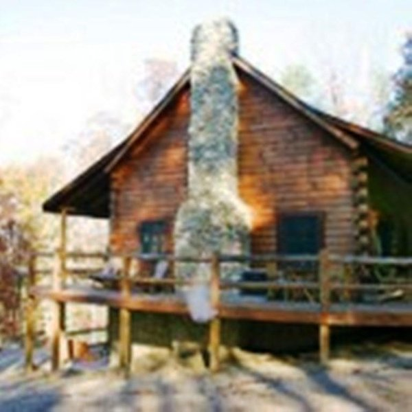 Stone Settler, sleeps 8, 30 acres, hot tub, gameroom, fire ring, close to hiking, location de vacances à Haydenville