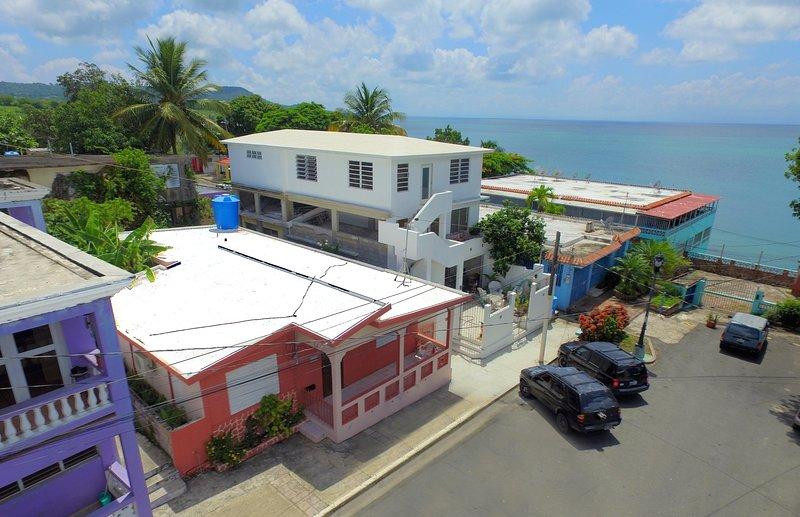 Casa Encanto: Walk to ferry, beach, restaurants. Overlooking Sea Glass Beach, holiday rental in Isabel Segunda