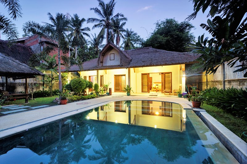 Villa Batoer-2 PRIVATE DELUX Villa's- 3BRM+ENS-AC-Pool-Lounge-Full Kitchen-6 Pax, holiday rental in Lombok