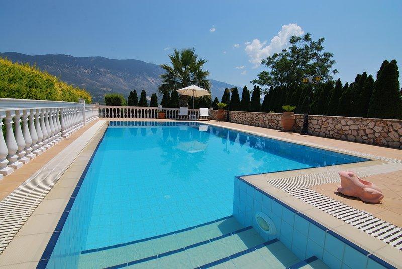 Villa Reveli, 1 BR spacious apartment with sea views & private pool in Pessada, holiday rental in Argostolion