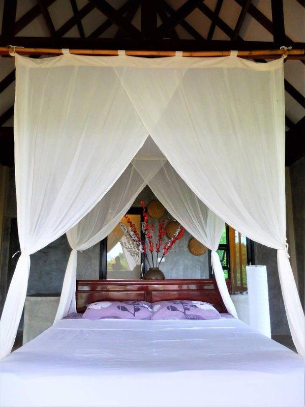 grande letto king size con una bella rete moskito balinese