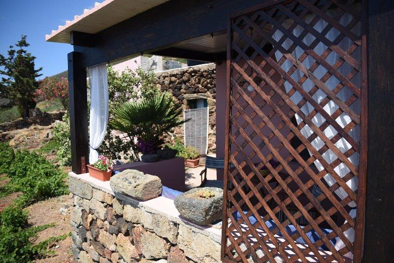 Dammuso fiore di Cappero a  poche passi dal mare, casa vacanza a Pantelleria