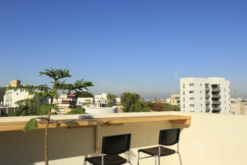 Charming Rooftop Studio in downtown Herzliya, holiday rental in Ra'anana