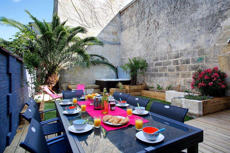 Ravissante maison bordelaise 12 personnes - chaleureuse et spacieuse - jardin, vacation rental in Bordeaux