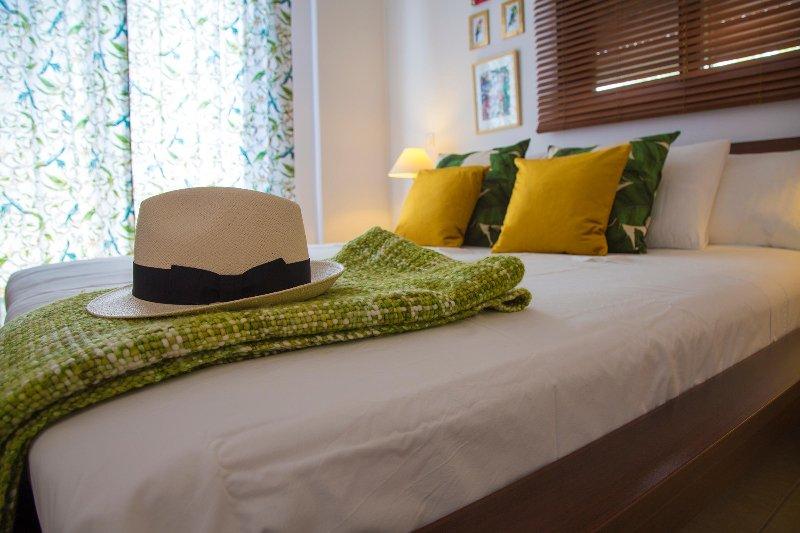 O estilo exótico em tons dourados & verdes calmas, irá ajudá-lo a relaxar e desfrutar!