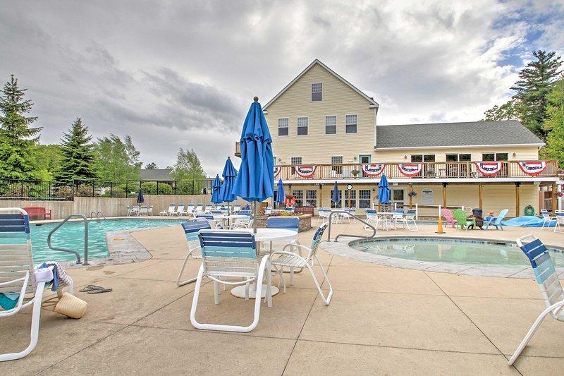 Siéntase libre para saltar en una de las 3 piscinas o en el salón junto a la piscina con un gran libro.