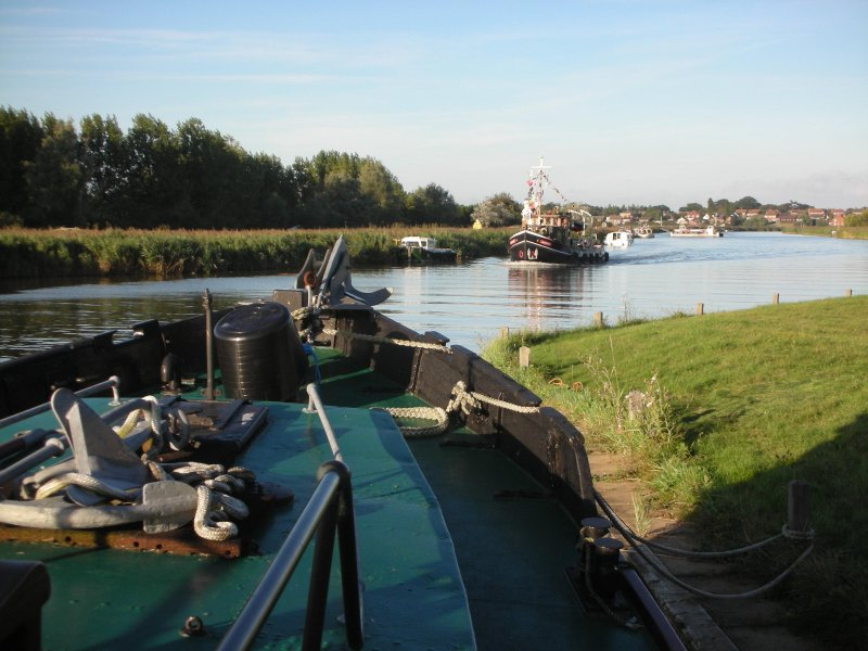 barcos de época que pasa el río staithe