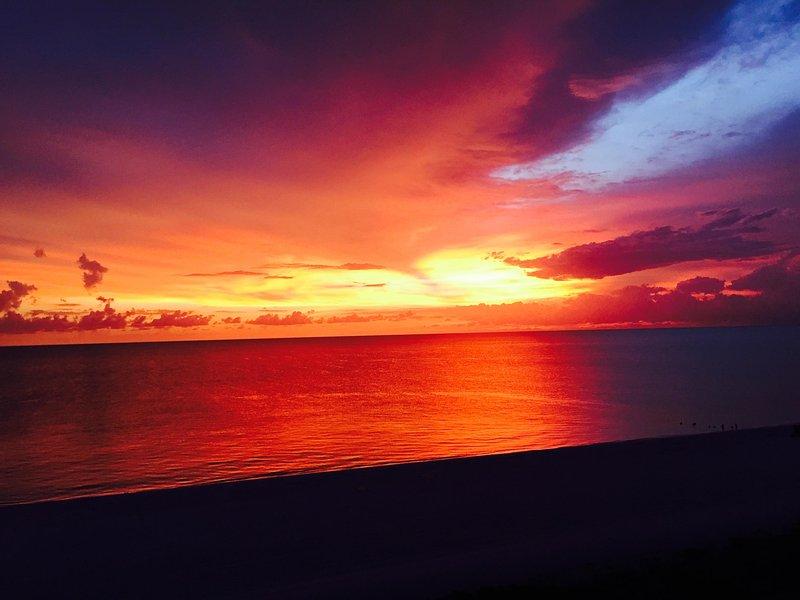 GORGEOUS HIGH-END Beachfront Condo with First Class Views of the Gulf of Mexico, location de vacances à Île de Marco