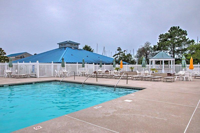 Passez des heures se prélasser dans les piscines communautaires à cette location de vacances à New Fern.