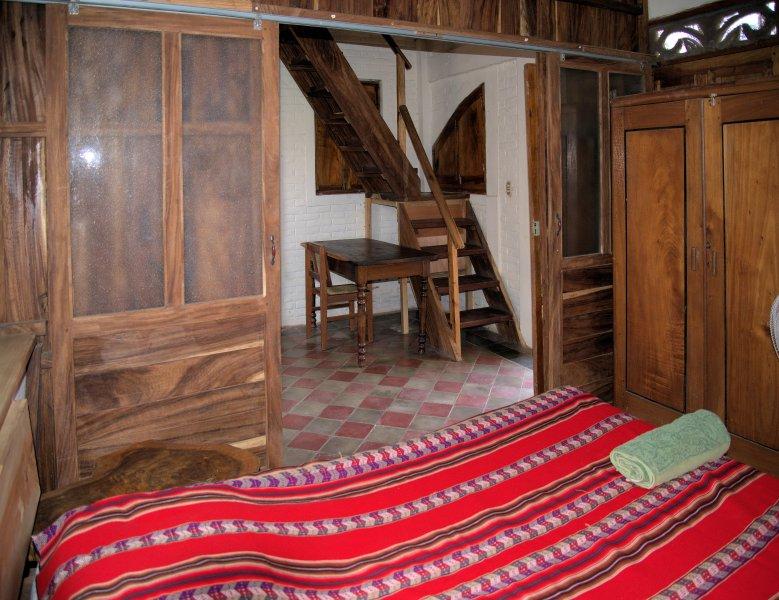 La chambre principale et les escaliers au 2ème étage
