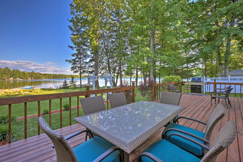 Lakefront Interlochen Home w/Deck, Fire Pit & Dock, alquiler de vacaciones en Interlochen