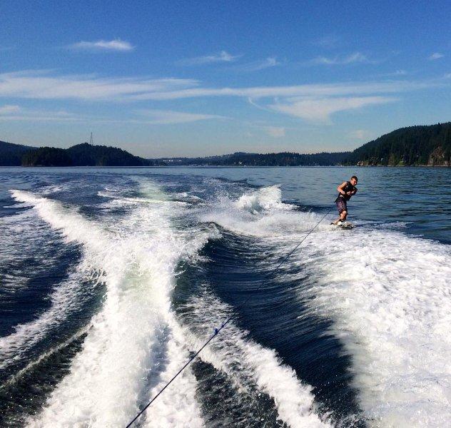 Disfrutar de paseos en barco y esquí acuático en uno de los mejores lagos de agua caliente en cualquier lugar, flotando en una nube !!