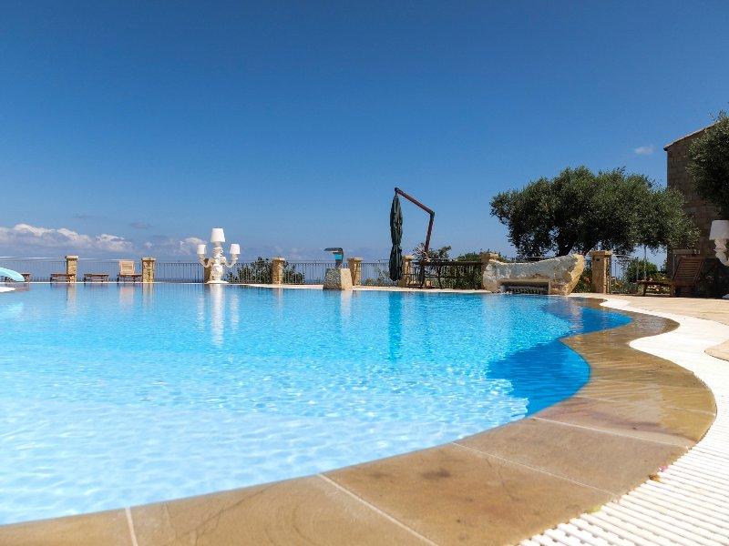 AgriturismoTerrazze sul Tirreno, appartamento bilocale con balcone vista mare, vacation rental in Piana Calzata