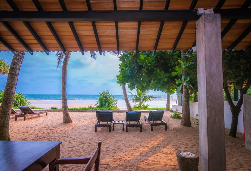 Red Parrot Beach Villa, Right On The Beach A/C, Free WiFi, location de vacances à Galle District