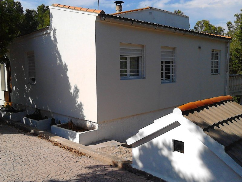 Casa con 7000 m2 de bosque mediterraneo, holiday rental in Montserrat