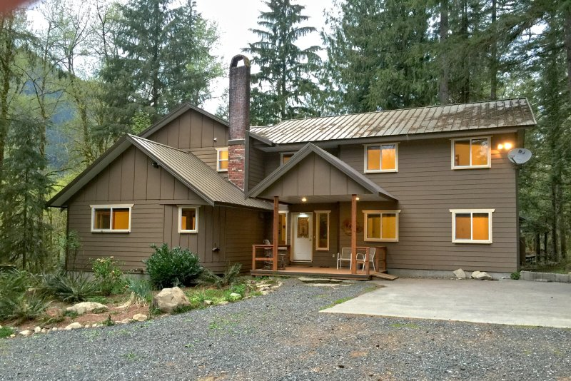 Mt Baker Lodging Cabin 3 - Very large cabin on acreage, vacation rental in Glacier