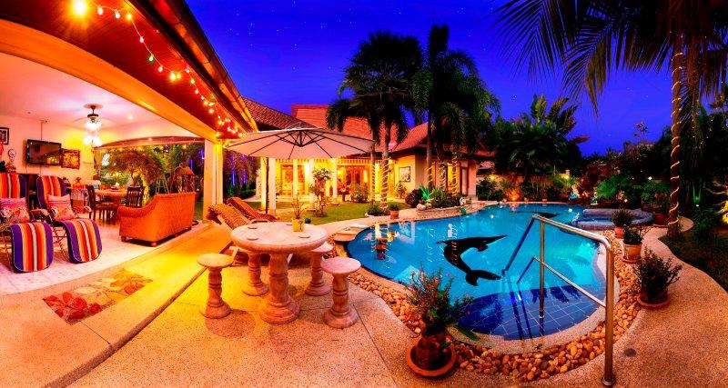 Vista serale della Villa e della piscina