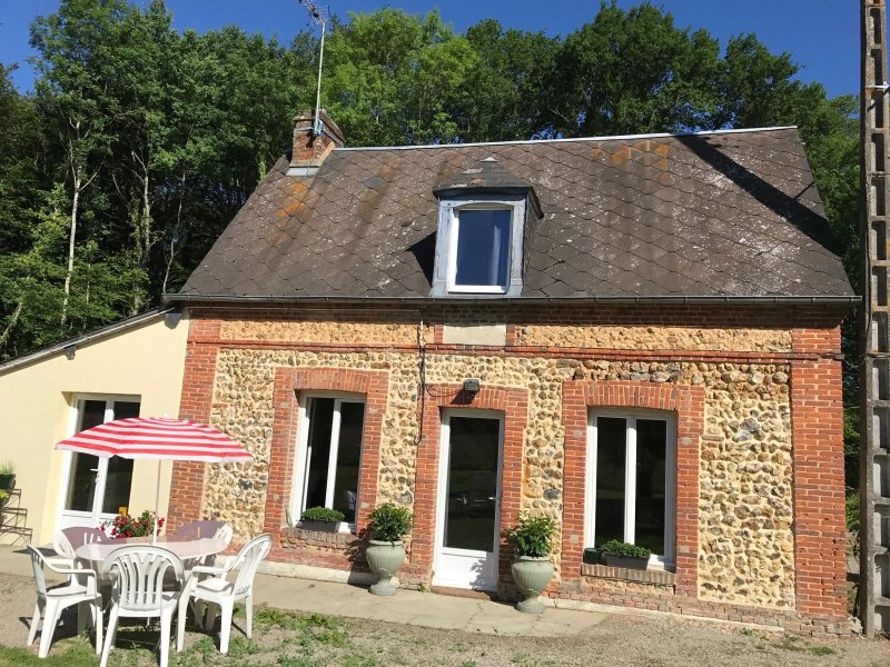LOCATION MAISON DU BOSQUET - PROPRIETE PRIVEE - CAMPAGNE, holiday rental in Saint-Maurice-les-Charencey