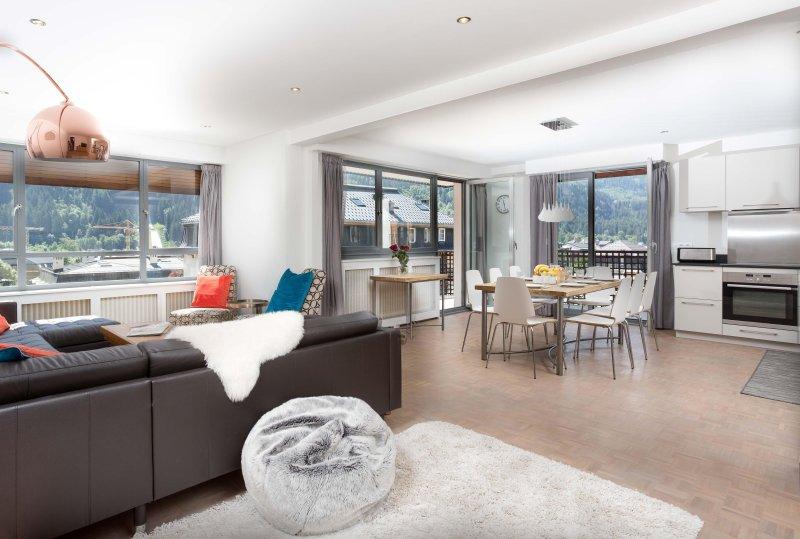 Elegante zona soggiorno open space con abbondanza di spazio per 8