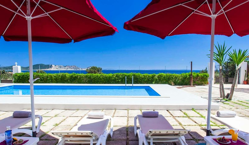 HOUSE WITH POOL, SPECTACULAR SEA VIEWS AND ONLY 3 MIN. WALKING TO THE BEACH -ET-, location de vacances à Sant Josep de Sa Talaia
