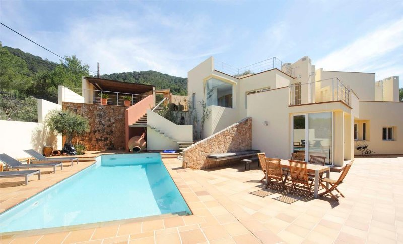 Modern country house with pool, sea views and 3km from the closest beach Cala Ta, holiday rental in Sant Josep de Sa Talaia